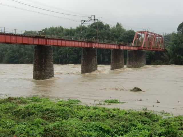 激流に洗われる南海高野線・紀ノ川鉄橋の橋脚