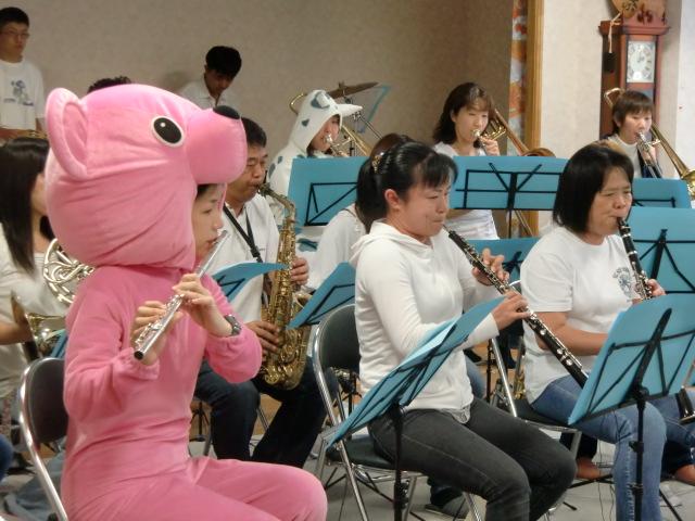 クマの縫いぐるみなどを着て演奏する団員たち