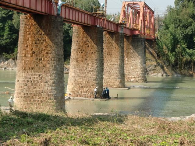 紀ノ川鉄橋の橋脚部分で仮復旧工事を開始