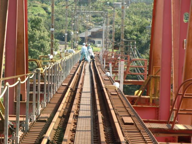 曲がったままの南海高野線・紀ノ川鉄橋上のレール
