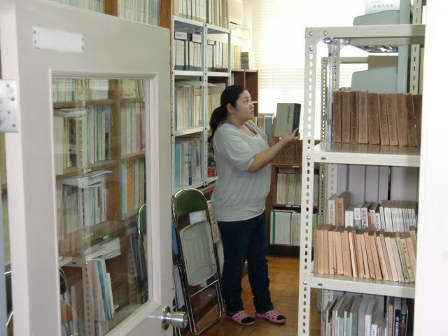 寄贈図書を整理する奥・学芸員