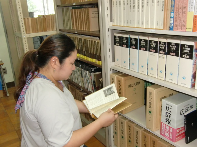 図書寄贈で充実した「あさもよし歴史館」の図書室