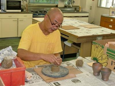 陶芸教室で陶器の作り方を見せる北森さん