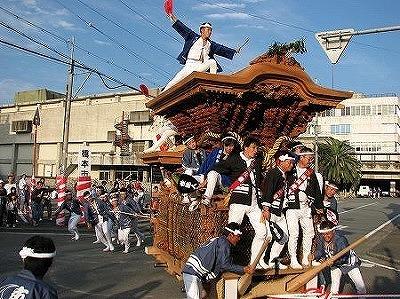 橋本市民会館前の通りで勇壮に〝やり回し〟する地車若衆たち
