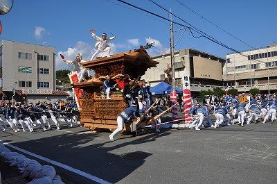 橋本市民会館j前の通りで勇壮に〝やり回し〟を見せる地車若衆たち