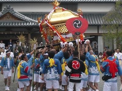 威勢よく練り歩く隅田八幡神社のお神輿