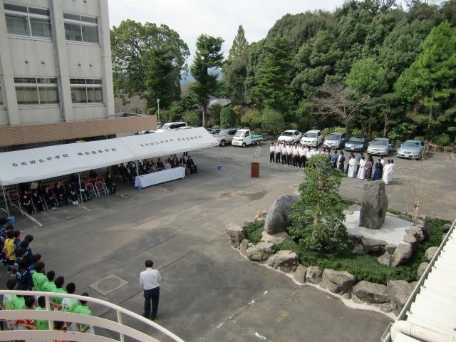 記念碑を除幕する向井委員長ら関係者