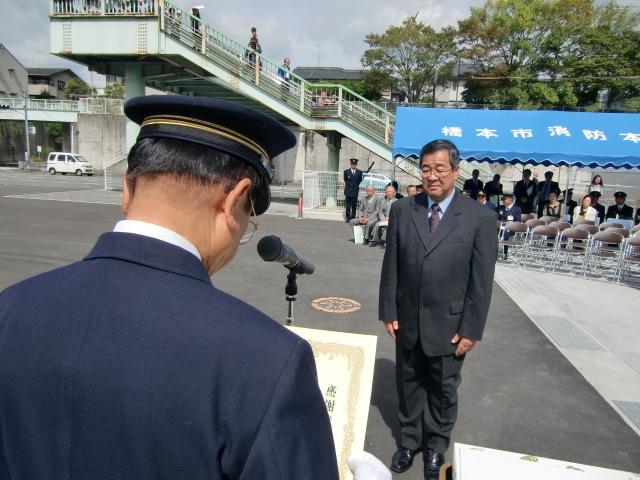 木下・橋本市長(手前)から感謝状を受ける堂本さん