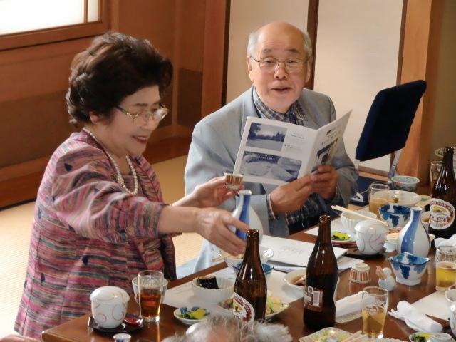 澤村さん、林さんと半世紀ぶりに再会し歓談する中央大学グリークラブOBたち