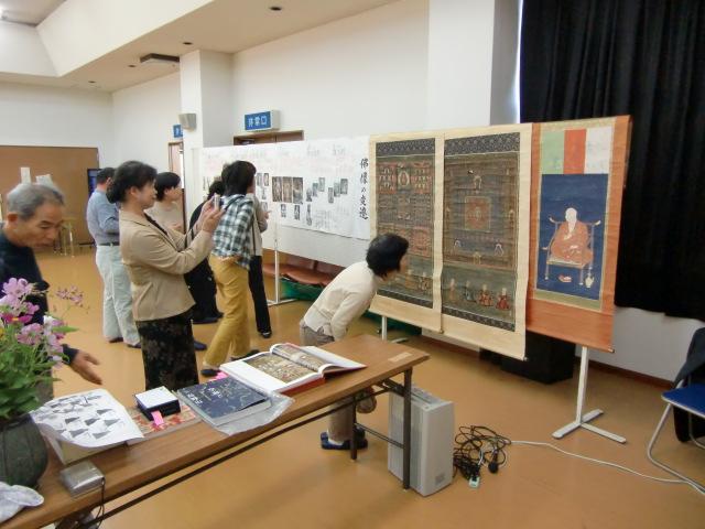 両界曼荼羅図などが展示された瀬崎さんの講演会場