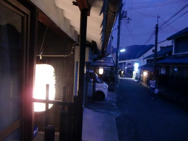 旧大和街道沿いの町家の軒先に飾られた「御神燈」