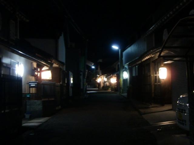 旧大和街道に「御神燈」の明かりが続く