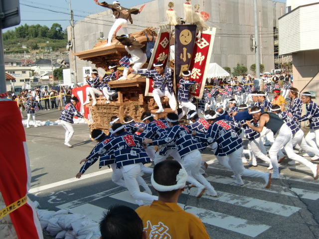 橋本市民会館前で勇壮に〝やり回し〟する橋本の地車