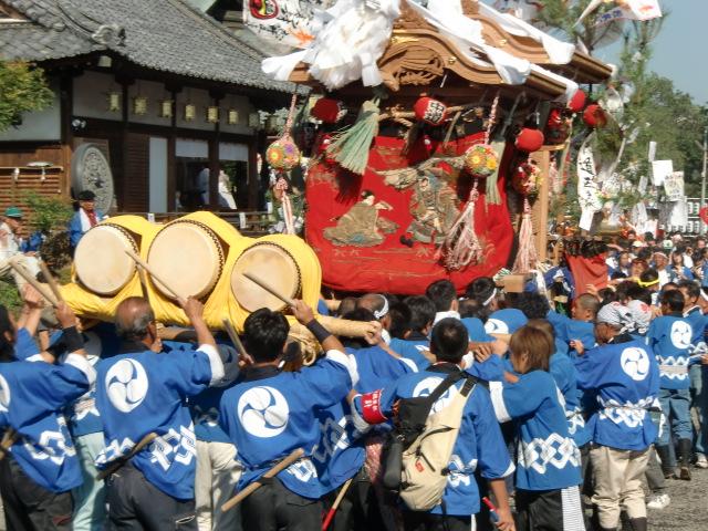 隅田八幡神社の境内を練り歩く担ぎ屋台