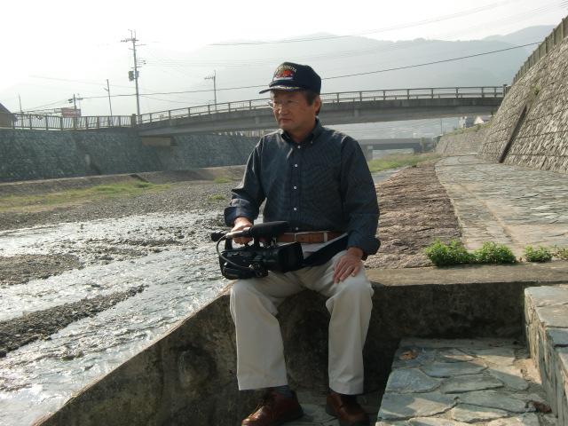 橋本川の氾濫をリアルに撮影した北山さん(同川古東橋で)
