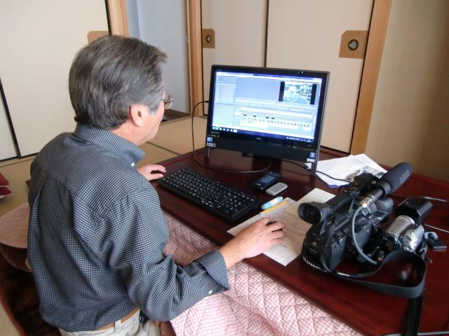 自宅のパソコンででビデオ編集する北山さん