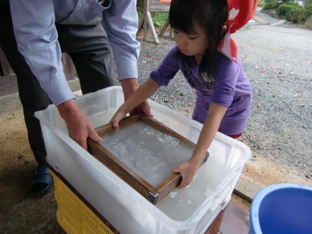 紙漉きに挑む九度山幼稚園の園児たち