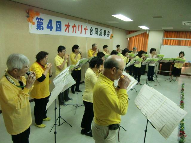 オカリナを演奏する「ひまわり」のメンバー