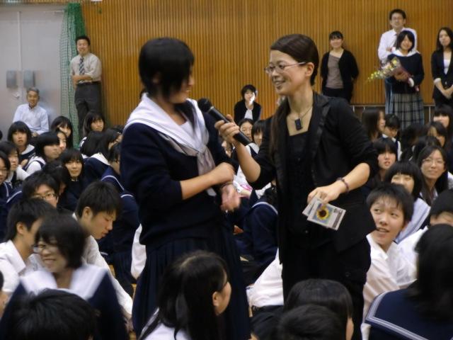 橋本高校の生徒にひまわりの種をプレゼントする砂川さん