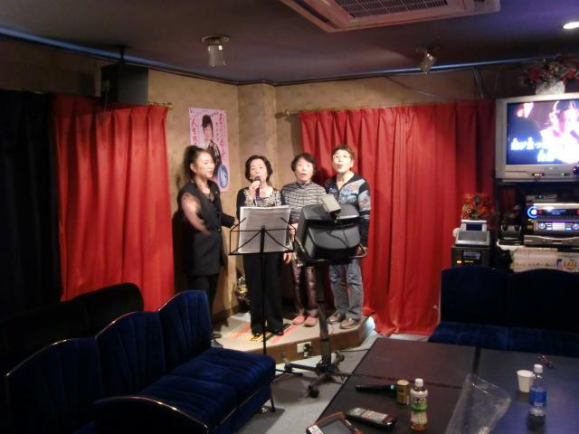 葵先生(左)とともに「あなたに会えて」を歌う生徒たち