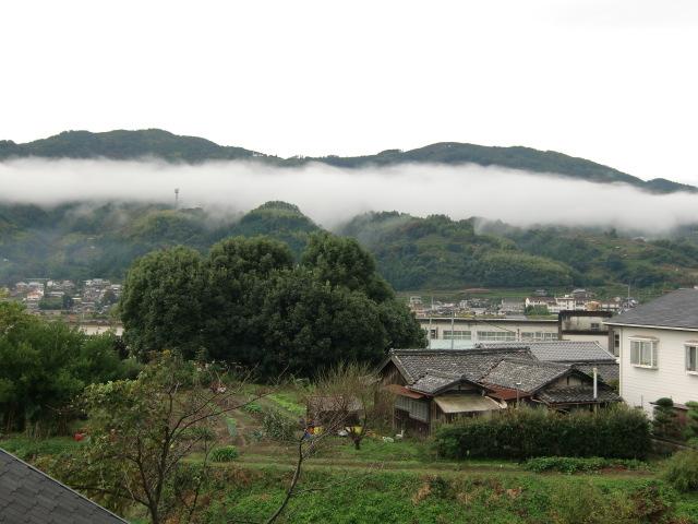 国城山などの連山に聞いた〝雲の帯〟