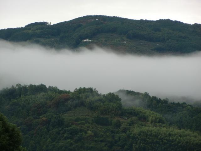 国城山付近の〝雲の帯〟をクローズアップ
