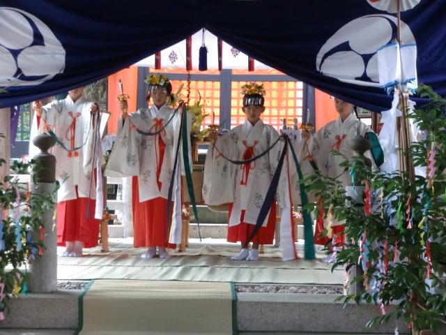 神殿で奉納された〝浦安の舞〟