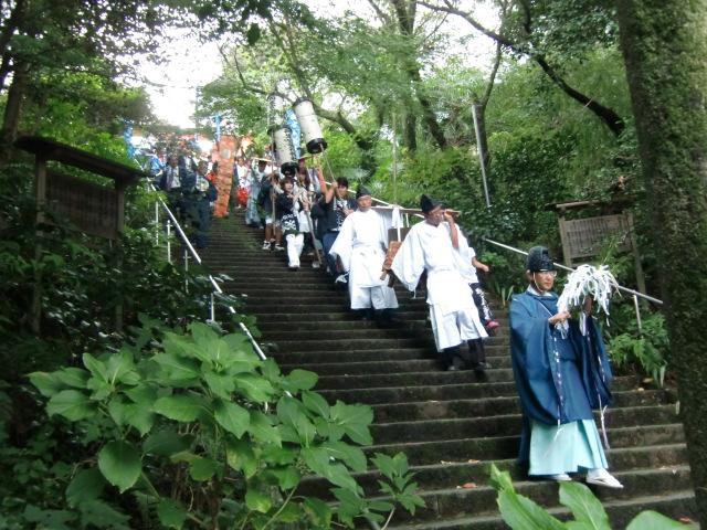 丹生官省符神社の参道石段を御旅所へ向う神輿渡御の行列
