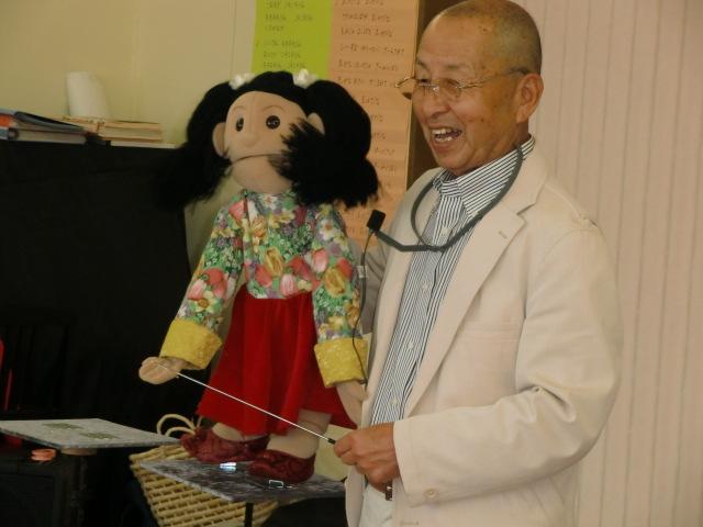 人形の女の子〝カナちゃん〟を使って腹話術を演じる多田則一さん