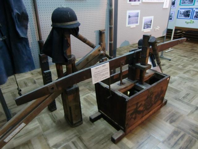 展示された江戸時代の消防ポンプ「吐龍水」や消防団の服とヘルメット