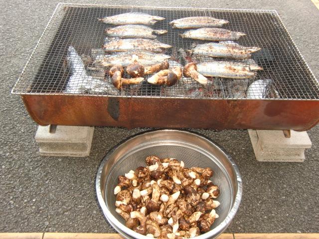 秋の香りを発散しながら、こんがりと炭火で焼けてゆく秋刀魚やマツタケ