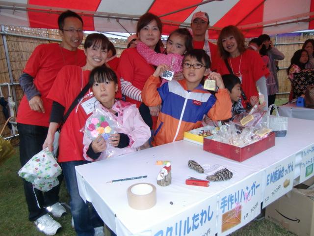 エコ商品販売コーナーで大人も子供も楽しい雰囲気でいっぱい