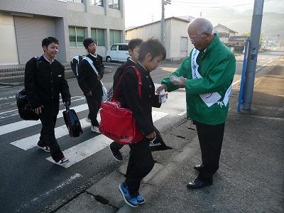 橋本中学校の校門前で人権尊重を訴える石井・市民病院管理者ら
