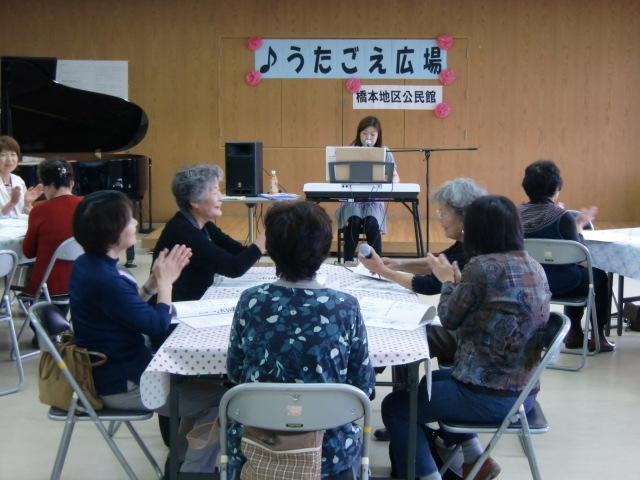 田中さんのピアノ伴奏で懐かしのメロディーを歌う参加者ら