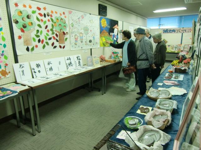 丹精込めて作った様々な作品が並ぶ福祉施設作品展