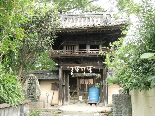 平安時代のたたずまいを残す妙楽寺山門(その奥が屋根が崩落した本堂)