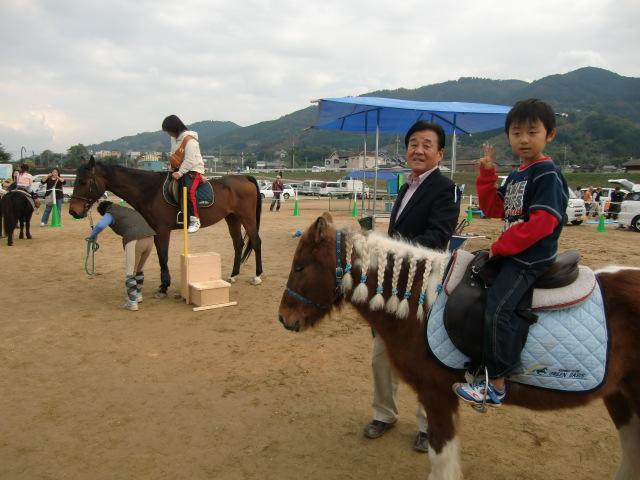 〝ホースセラピー〟で馬にまたがり大喜びの子どもの表情