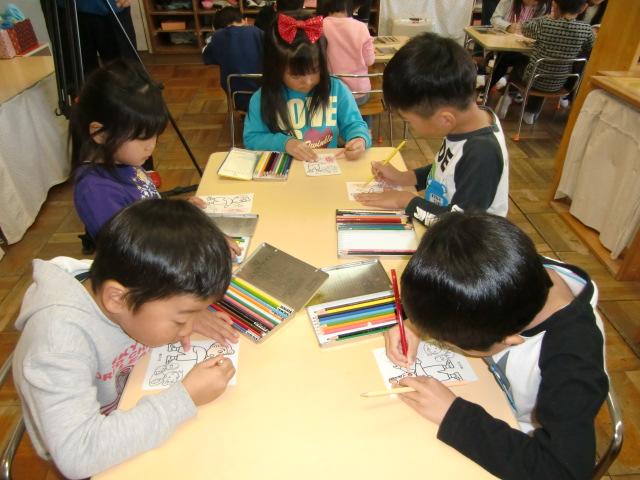 家族宛の塗り絵葉書に色づけする橋本東保育園の園児たち