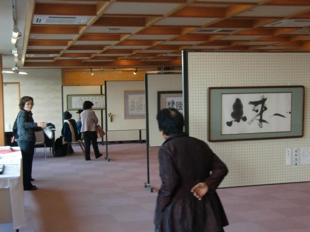 水茎会書作展を訪れる人たち