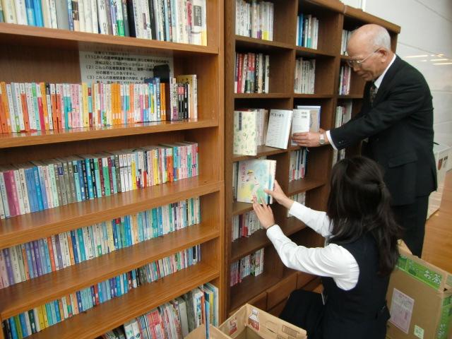 寄贈本200冊を並べた橋本市民病院・読書コーナー(右は石井管理者)