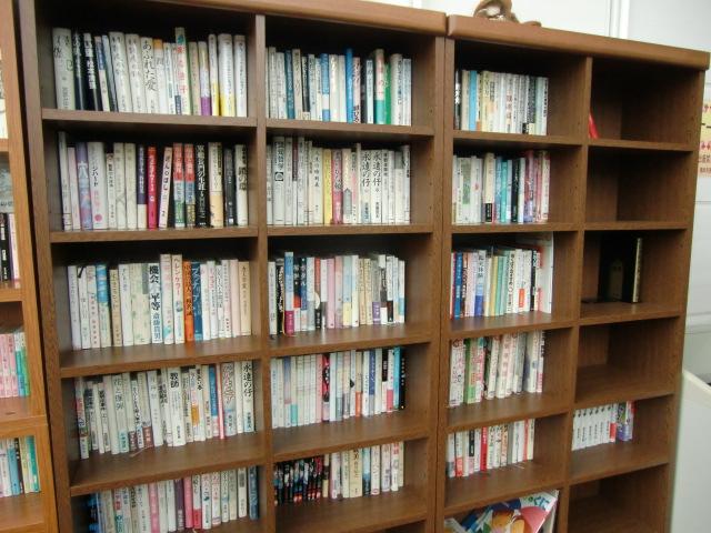 かなり充実したが、まだ空き棚がある読書コーナー(橋本市民病院)