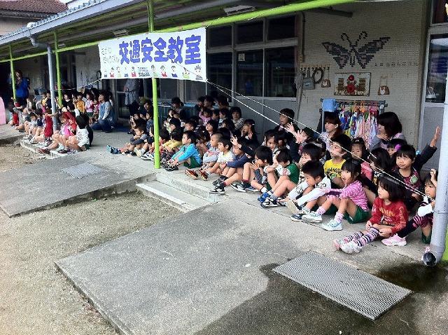 交通安全教室に参加した名古曽保育園児たち