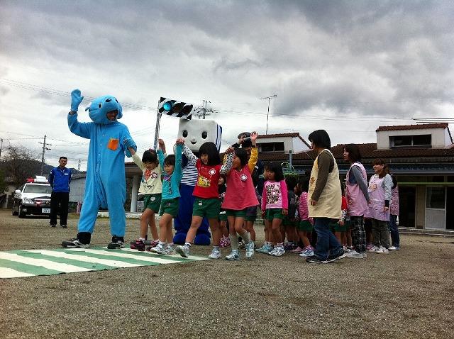 横断歩道の正しい渡り方を学ぶ名古曽保育園児たち