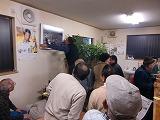 濱口さんが掲示する写真に注目する酔客たち(居酒屋・平野屋で)