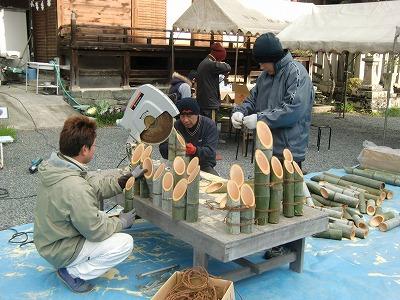 竹灯篭を作る隅田八幡神社氏子青年会の会員たち