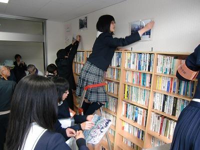 ゆかいな図書館で大掃除奉仕する橋本高校・古佐田丘中学校の生徒たち