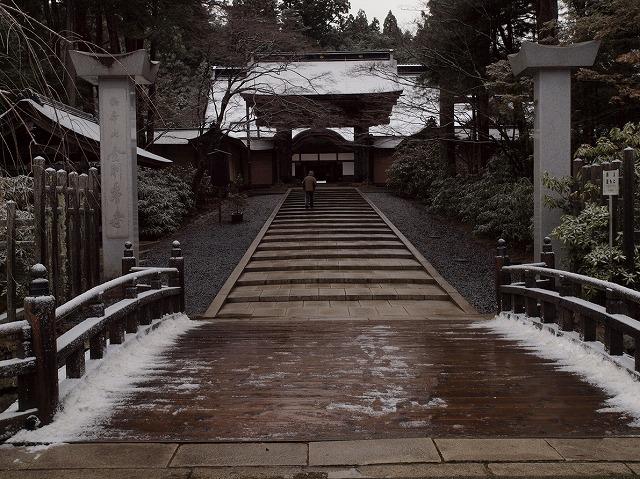 初雪でうっすらと雪化粧した大伽藍の根本大塔や御影堂