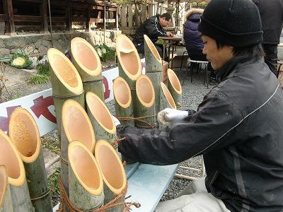 竹灯篭をシュロ紐で束ねる隅田八幡神社氏子青年会の会員