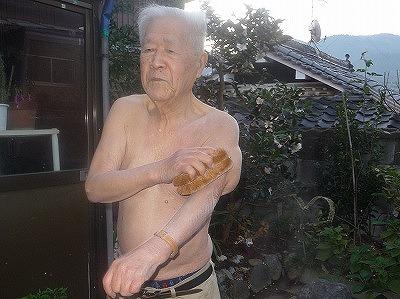 元気よく腕をこする稲葉さん
