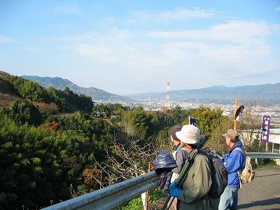 国城山で野鳥の模型を見せサシバの説明をする中西さん